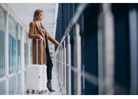 机场里提着旅行包的女商人_7200174