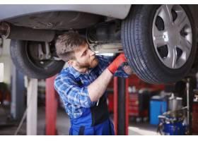 机械师在车间里修理汽车_12750584