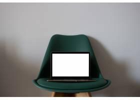椅子上有空白屏幕的笔记本电脑_3232325