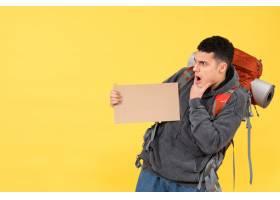 正面迷惑旅行者背着红色背包装着纸板_13463457