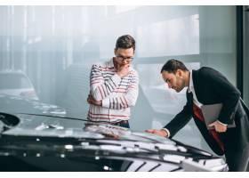汽车陈列室的推销员在销售一辆汽车_4201284