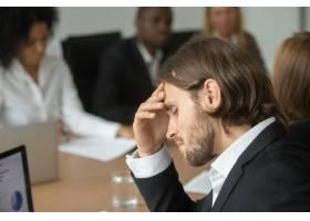 沮丧疲惫的商人在不同的团队会议上头疼得厉_3939803