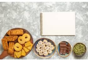 浅白色背景上有糖果和饼干的顶级美味蛋糕_13458758