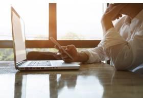 深思熟虑的商人或有经验的企业家使用智能手_1236522