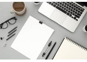灰色背景上有空笔记本的书桌元素的排列_7705847