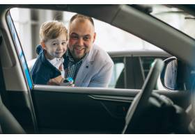 父子俩在汽车展厅看车_4410734