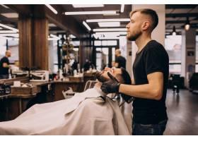 理发店的一名男子正在理发和修剪胡须_7435492