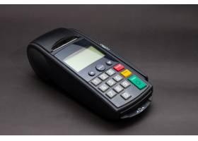 手刷商店里的信用卡手持信用卡和银行终端_1131448