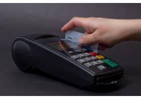 手刷商店里的信用卡手持信用卡和银行终端_1131465
