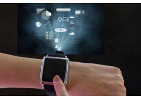 手指触摸智能手表的屏幕_935327