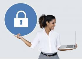 手持挂锁和笔记本电脑的女子_3745440