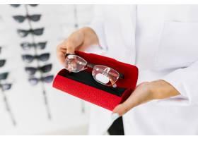 手持红色手提箱和眼镜的女子_5373529