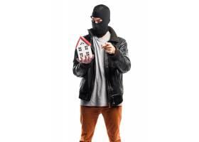 抢劫犯拿着一间小房子_1206155
