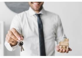 拿着钥匙和房子的庄稼房地产经纪人_2111212