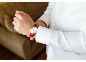 排练准备新郎的手表在手边_2454993