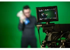 摄影师用扬声器对着摄影师拍摄_7608086