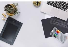 数字图形平板电脑和笔记本电脑在白色背景上_2905893