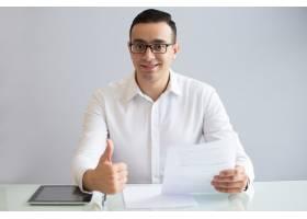 文件竖起大拇指的成功年轻商人_3629828