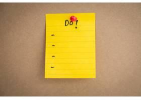 明信片为黄色附有一张画好的清单_987701