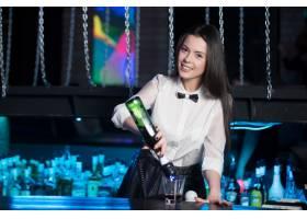微笑的女服务员在准备杯子_934069