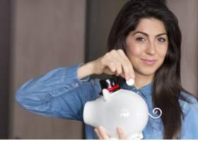 快乐的女孩和她的存钱罐合影_944962