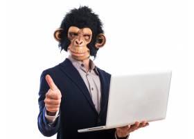 快乐的猴子男人拿着笔记本电脑_1201724