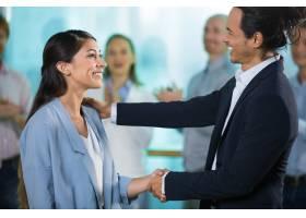 快乐的老板问候新的女经理_1304829