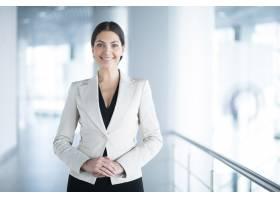 快乐优雅的商务女性在办公室大厅里_1115617