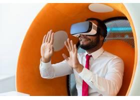 快乐的商人对VR体验感到兴奋_5890316