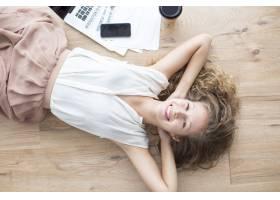 快乐美丽的女孩躺在地板上放松_1304762