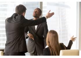 恼火的商业伙伴在会议期间争论不休_3955644