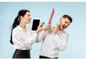 愤怒的老板站在办公室或工作室的女人和他_13455910