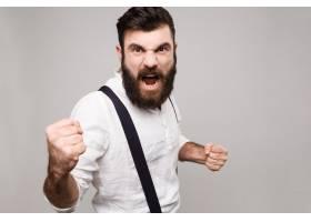 愤怒粗鲁的年轻英俊男子对着白人大喊大叫_9029546