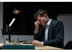 成人专业人员在夜间工作后感到疲惫_7521687