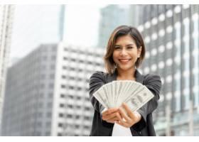 成功的美丽亚洲女商人手持美元钞票经营理_5388954