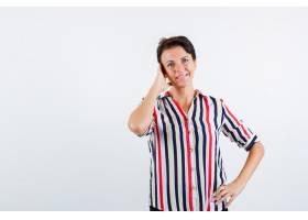 成熟的女人一只手放在耳朵上另一只手放在_13401795
