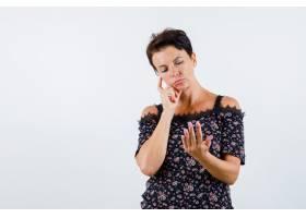 成熟的女人手靠着脸颊看起来就像手中拿着_13401110