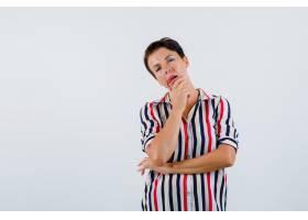 成熟的女人把下巴靠在手掌上穿着条纹上衣_13401547