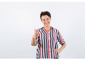 成熟的女人竖起大拇指穿着条纹上衣牵着手_13401910
