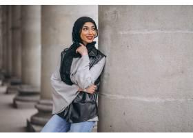 戴头巾的阿拉伯妇女在外面的街道上_4410709