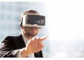 戴着VR耳机的人在模拟中使用手势_4013406