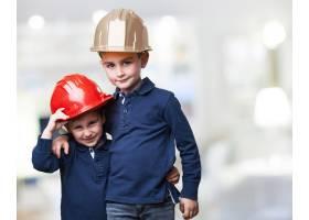 戴着工作头盔的孩子们_912639