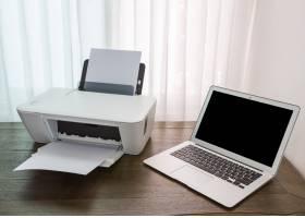 带打印机的木桌上的笔记本电脑_977944