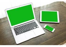 平板电脑和智能手机旁边的笔记本电脑_977998