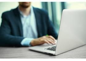 年轻人拿着笔记本电脑工作男人的手放在笔_6766380