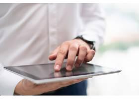 年轻商人使用数字平板电脑的特写_3581153