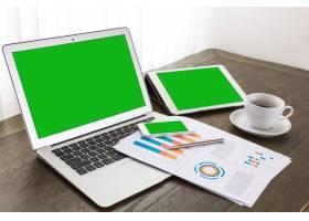 带绿屏的笔记本电脑平板电脑和移动设备_992539