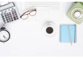 平放的工作区办公桌配有白色笔记本电脑_1199080