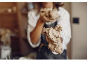年轻女子在作坊制作陶器_5557249