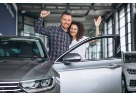 年轻家庭在汽车展厅买车_5157716